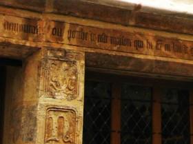 Une partie du linteau sur la façade de la maison de Nicolas Flamel