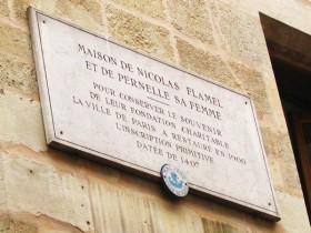Plaque commémorative sur la maison de Nicolas Flamel