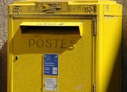 Une boîte à lettres de la Poste (crédit : JoF sur Flickr)