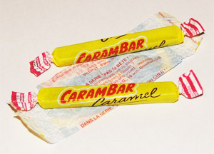 Des Carambars au caramel et une histoire drôle à l'intérieur de l'emballage