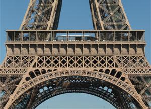 Détail de la Tour Eiffel et sa peinture couleur bronze