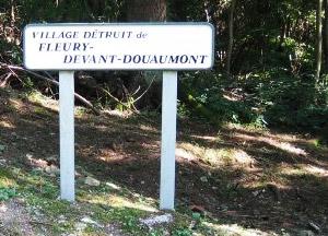 Panneau indiquant le village détruit de Fleury-devant-Douaumont (Meuse)